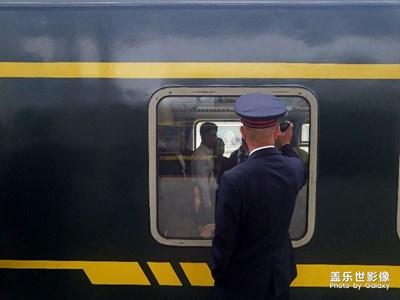 敲车窗的列车员/旅拍