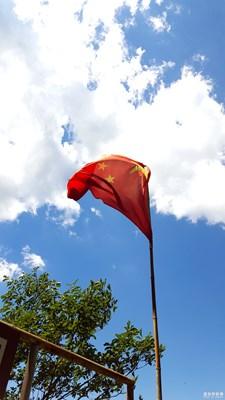 游玩/红旗飘飘