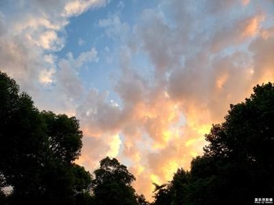 【行走,发现】  天际的彩云