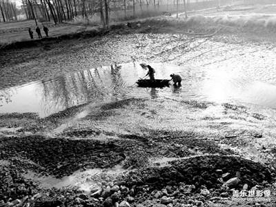 农村记实:清鱼塘,如果不是冬天我就下去了,哈哈
