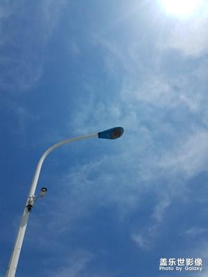 烈日下的路灯