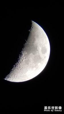 天文望远镜配合手机拍月亮。