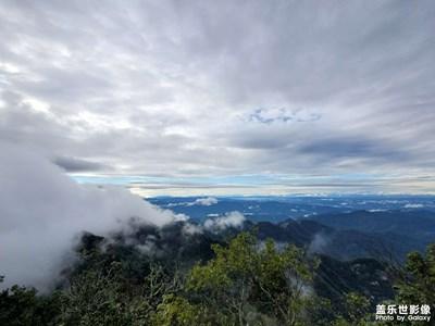 雨后,云雾消散,群山初现